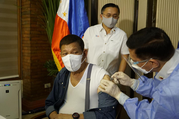 Rody gets shot of Sinopharm vax from Duque